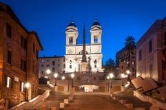 Crepúsculo que camina en Roma, iglesia de Monti del dei de Scalinata di Trinita Imagen de archivo libre de regalías