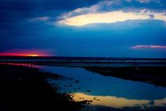 crepúsculo Reflexão do céu na água fotos de stock