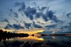 Crepúsculo romântico Lago Pongoma, Carélia, Rússia Fotografia de Stock