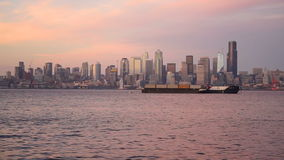 Crepúsculo Seattle Washington Downtown City Skyline de Elliott Bay Puget Sound Shimmers video estoque