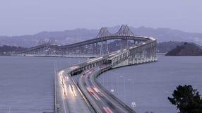 Crepúsculo sobre o Richmond-San Rafael Bridge imagens de stock