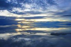 Crepúsculo sobre os planos bolivianos de sal Imagem de Stock