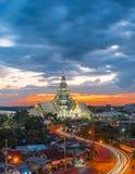 Crepúsculo, Wat Sothon Wararam Worawihan, provincia de Chachoengsao, señal de Tailandia imagen de archivo libre de regalías