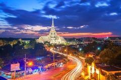 Crepúsculo, Wat Sothon Wararam Worawihan, provincia de Chachoengsao, señal de Tailandia imagen de archivo