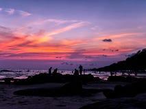 Crepúsculo y puesta del sol en el witj del mar un hombre que toma la foto fotografía de archivo libre de regalías