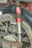 Crepa arrugginita dell'assorbitore del cuneo del motociclo fotografia stock