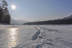 Crepa del ghiaccio del fiume della montagna Fotografia Stock Libera da Diritti