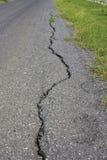 Crepa di danno dell'asfalto della strada Immagine Stock