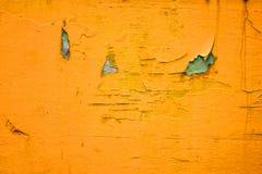 Crepa gialla della pittura su legno immagini stock