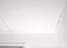 Crepa nel soffitto ed angolo con la parete fotografia stock libera da diritti