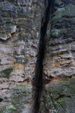 Crepa nella roccia dell'arenaria immagine stock