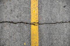 Crepa sulla linea giallo su struttura della strada immagine stock