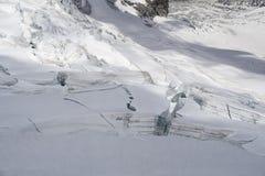 Crepacci e seracchi del ghiacciaio in un campo di neve in Mont Blanc a Immagine Stock