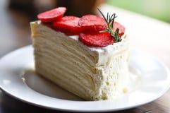 Crepe το κέικ με το κάλυμμα φραουλών Στοκ Εικόνα