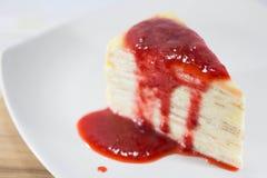 Crepe το κέικ με την πηγή φραουλών Στοκ Εικόνες