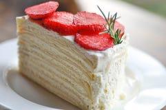 Crepe το κέικ με τη φράουλα ή η φράουλα crepe το κέικ Στοκ Εικόνα