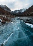 Crepe blu del ghiaccio sull'orlo del lago immagini stock libere da diritti