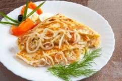 Crepe caliente con el calamar y zanahorias y salsa foto de archivo