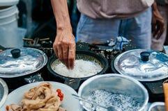 Crepe caseiro do estilo tailandês com coco, açúcar e o sesa shredded imagens de stock