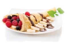 Crepe com cobertura da morango, da framboesa, do mirtilo e do chocolate pancake fotos de stock royalty free