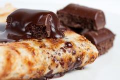 Crepe con el jarabe de chocolate Foto de archivo libre de regalías