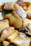 Crepe cortada en pedazos y azucarada con las pasas Imagen de archivo