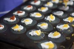 Crepe curruscante tailandesa, harina del carbón de leña, foco selectivo Imagen de archivo