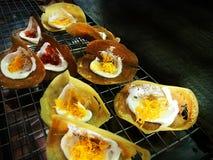 Crepe curruscante tailandesa, postre tailandés de la tradición imagenes de archivo
