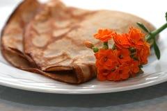 Crepe de la plaque décorée des fleurs Image libre de droits