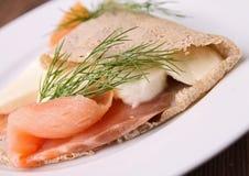 Crepe del alforfón con los salmones Fotos de archivo