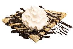 Crepe del chocolate con el azúcar y la crema azotada Fotografía de archivo