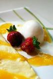 Crepe della crema di gelato alla vaniglia e delle fragole Fotografia Stock