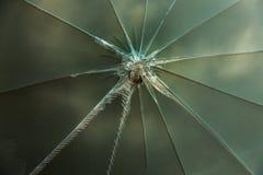 Crepe di scoppio della stella nel pannello di vetro Struttura di vetro rotta deep immagine stock