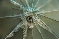 Crepe di scoppio della stella nel pannello di vetro Struttura di vetro rotta deep immagini stock libere da diritti