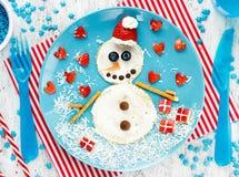 Crepe divertida del muñeco de nieve para el desayuno - foo de la Navidad y del Año Nuevo Foto de archivo
