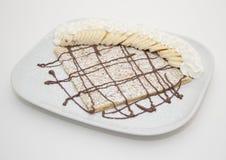 Crepe do chocolate com bananas e creme Imagens de Stock