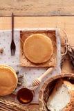 Crepe dulce con la miel de delicioso Fotografía de archivo libre de regalías