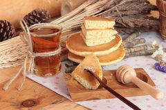 Crepe dulce con la miel de delicioso Imagenes de archivo