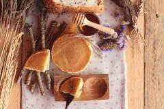 Crepe dulce con la miel de delicioso Fotos de archivo libres de regalías