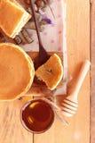 Crepe dulce con la miel de delicioso Fotografía de archivo