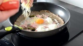Crepe francês com ovo e queijo em uma frigideira vídeos de arquivo