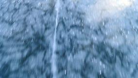 Crepe in ghiaccio Pattinando sul lago congelato nell'inverno stock footage