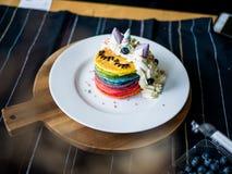 Crepe linda cocida fresca del arco iris del unicornio con Embroma la comida Imagen de archivo