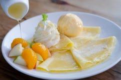 Crepe misturado do fruto com gelado e mel imagem de stock