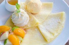 Crepe misturado do fruto com gelado e mel imagens de stock