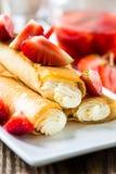 Crepes γεμισμένος με το κάλυμμα τυριών και φραουλών στοκ εικόνες