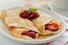 Crepes με τη μαρμελάδα και την κρέμα φραουλών Στοκ Φωτογραφία