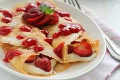 Crepes με τη μαρμελάδα και την κρέμα φραουλών Στοκ Εικόνες