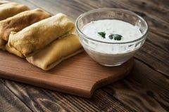 Crepes με το γέμισμα και άσπρη σάλτσα και την ντομάτα Στοκ Εικόνες