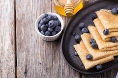 Crepes με το μέλι στο ξύλινο υπόβαθρο Στοκ εικόνες με δικαίωμα ελεύθερης χρήσης